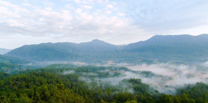 Ochtendmist en moutain landschap bij maewang, Thailand royalty-vrije stock foto's