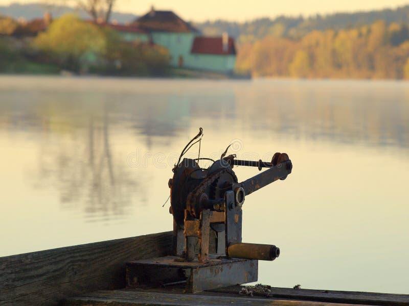 Ochtendmist op het Lipno-meer stock foto's