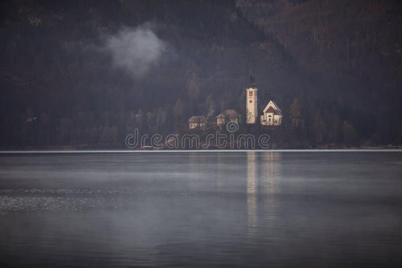 Ochtendmist op het meer met het Afgetapte eiland wordt afgetapt dat royalty-vrije stock foto