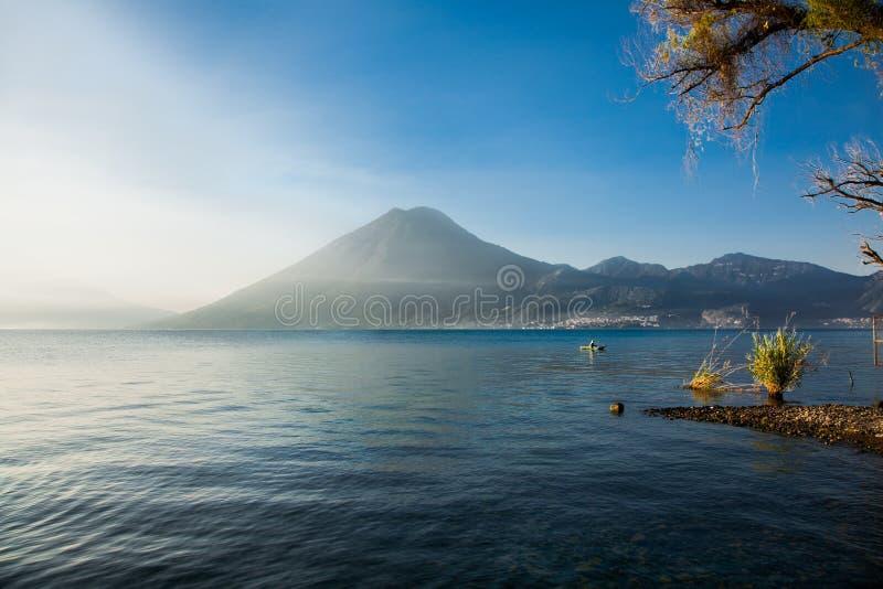 Ochtendmist over Atitlan-meer in Guatemala Kaarten van de beeldspraak van NASA stock foto