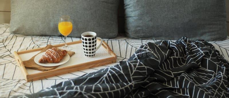 Ochtendontbijt in bed Koffie en van de Croissants Wit Chocolade Voedsel Kop van coffe of thee Jus d'orange Baner stock afbeeldingen