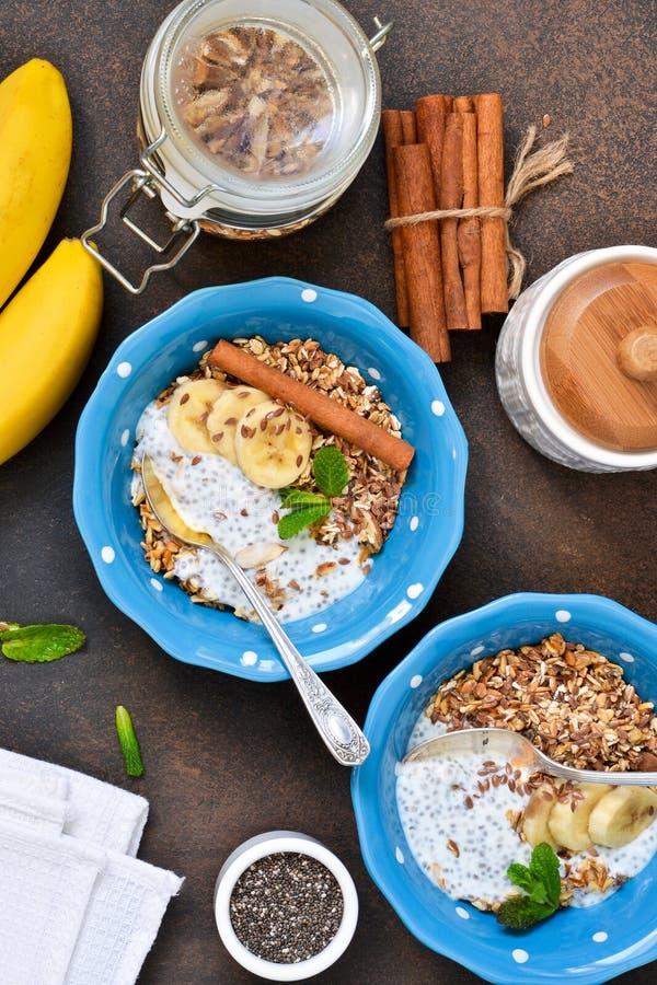 Ochtendontbijt voor twee Yoghurt met fruit, granola stock afbeeldingen