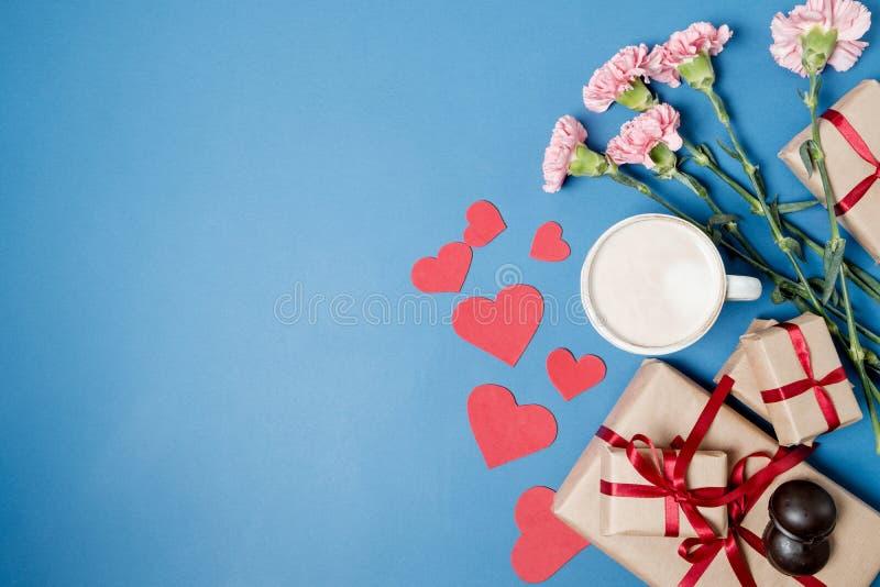 Ochtendontbijt voor Valentijnskaartendag Koffie, chocoladesuikergoed, royalty-vrije stock foto
