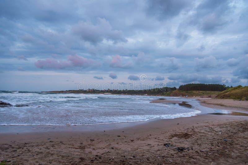 Ochtendonweerswolken over strand op Caraïbische Zee royalty-vrije stock foto