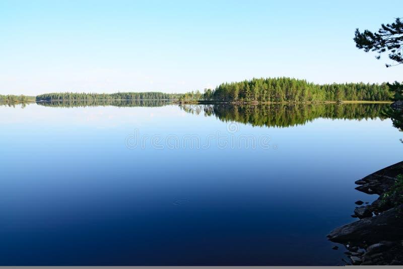 Ochtendstilte Meer Engozero, Noord-Karelië, Rusland royalty-vrije stock foto
