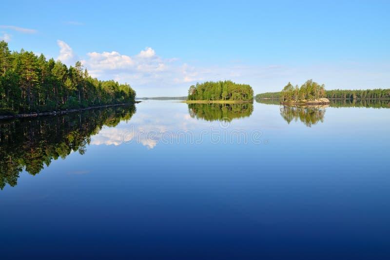 Ochtendstilte Meer Engozero, Noord-Karelië, Rusland stock fotografie