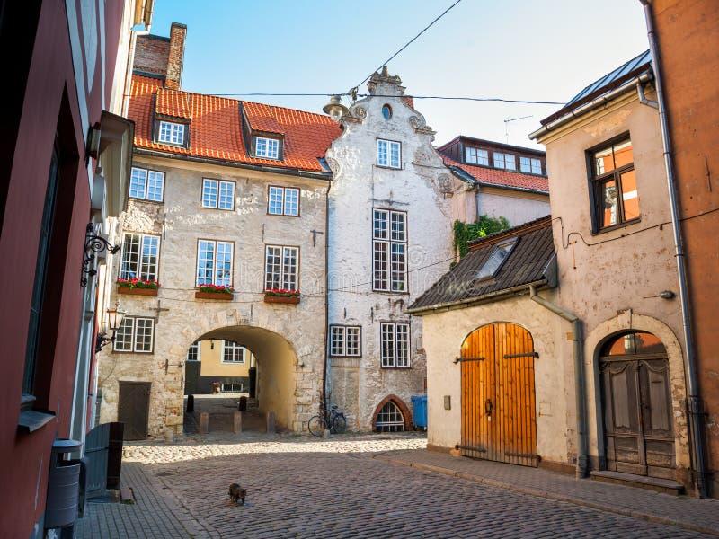 Ochtendstraat in oud Riga, Letland royalty-vrije stock foto's