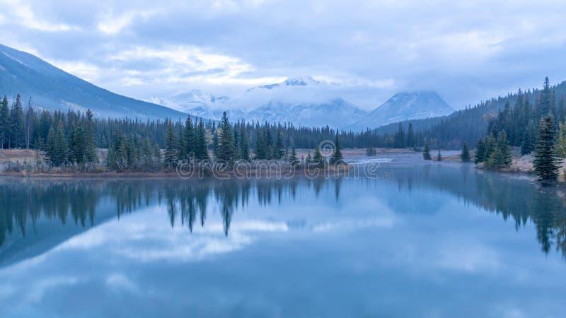 Ochtendtijd bij Cascadevijver, het Nationale park van Banff stock foto's