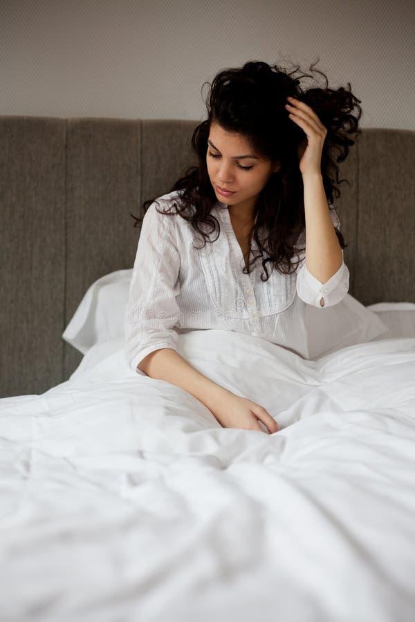 Ochtendvrouw in bed stock afbeelding
