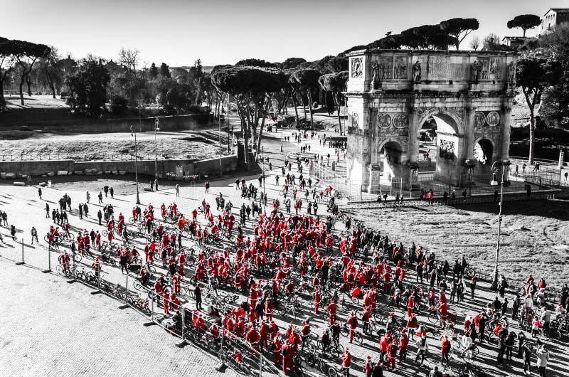 Ochtendzonsopgang met mensen op fiets in het centrum van Rome royalty-vrije stock afbeeldingen