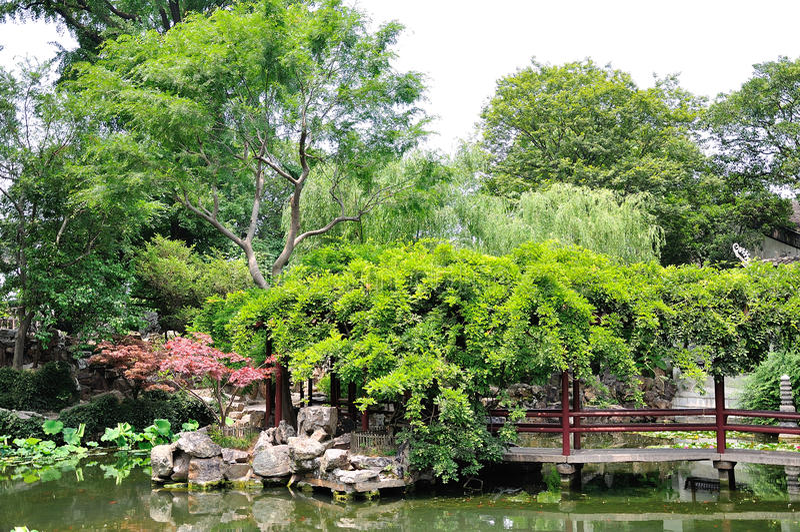 Ociągający się ogródu most zdjęcia royalty free