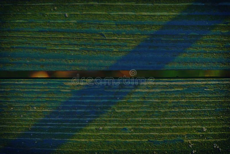 Ocieniona świerczyna barwił teksturę stara, podława, zielona farba na starej drewnianej ławce z cieniem, zdjęcie royalty free