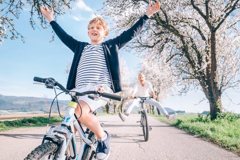 Ocio activo de la familia - el padre y el hijo se divierten cuando montan fotos de archivo
