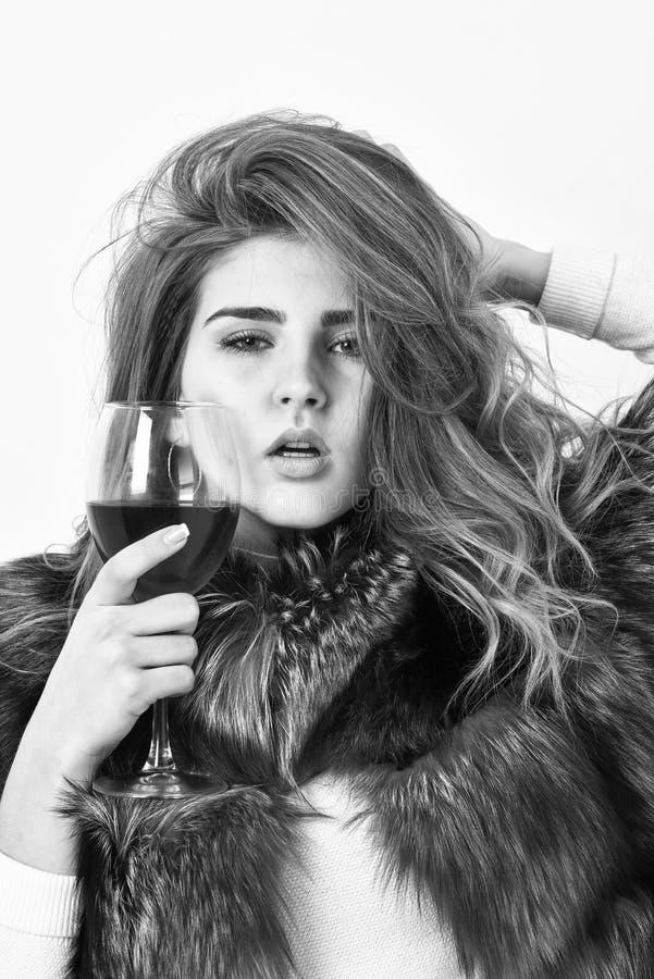 Ocio de la élite Peinado rizado del modelo de moda de la señora gozar del vino de la élite Concepto de la cultura del vino vino d fotografía de archivo