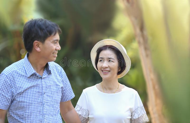 Ocio de mediana edad asiático del hombre a la esposa en día de San Valentín foto de archivo libre de regalías