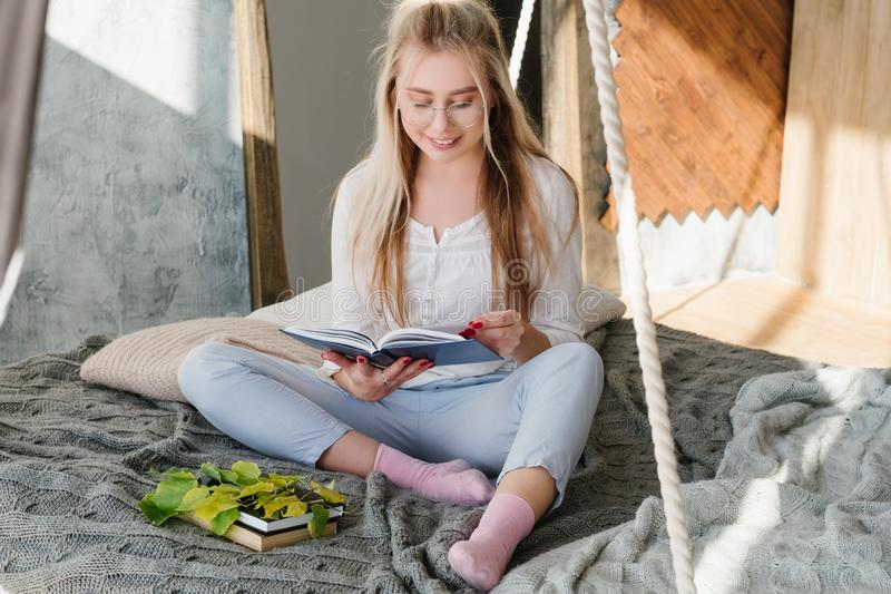 Ocio relajado cómodo del hogar del libro de lectura de la mujer foto de archivo