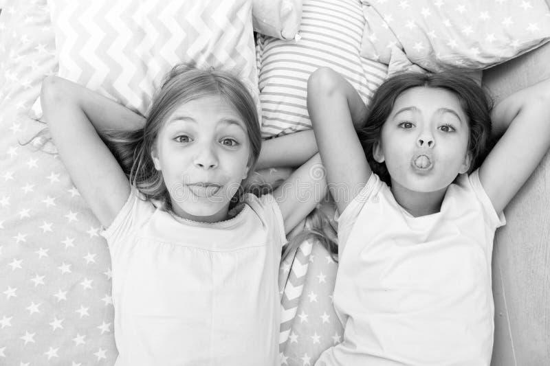 Ocio y diversi?n Divertirse con el mejor amigo Humor alegre juguet?n de los ni?os que se divierte junto Partido de pijama y imágenes de archivo libres de regalías