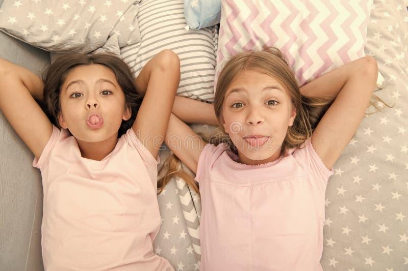 Ocio y diversi?n Divertirse con el mejor amigo Humor alegre juguet?n de los ni?os que se divierte junto Partido de pijama y fotos de archivo