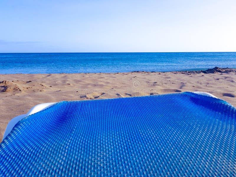 Ocioso azul de la playa con el mar y arena en una playa en Lanzarote, islas Canarias, Espa?a imagen de archivo libre de regalías