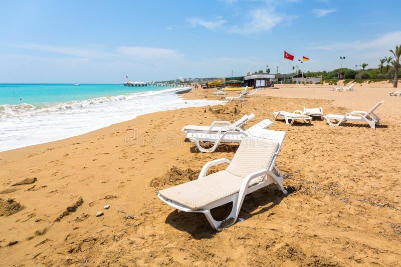 Ocioso de Sun en la playa en el turco Riviera cerca del lado foto de archivo