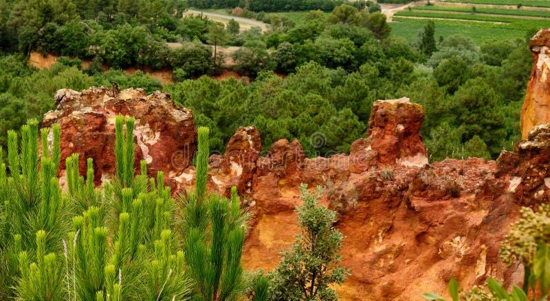 Ockerhaltige Klippen am Provence-Dorf von Roussillon, Frankreich stockfoto