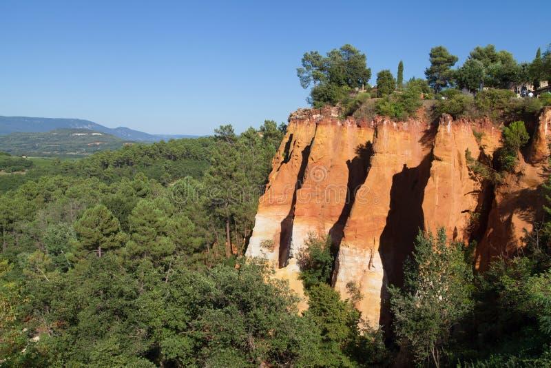 Ockerhaltige Klippen in Roussillon stockbild