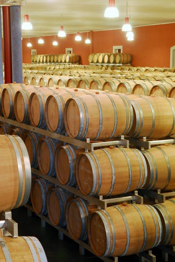 också tillgänglig staplad vertikal wine för trummor källare arkivfoton