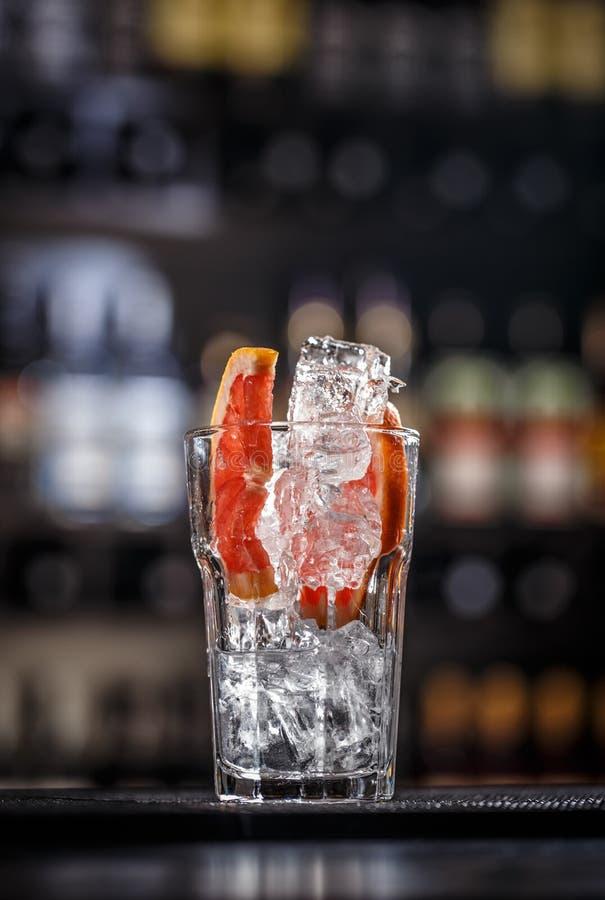 Ocktail del pomelo con el cubo de hielo imágenes de archivo libres de regalías