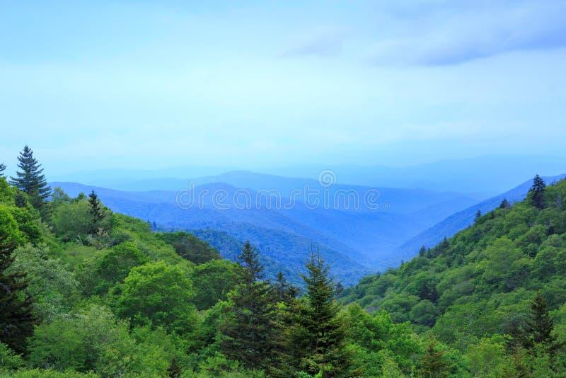 Oconaluftee谷俯视发烟性山 免版税库存图片