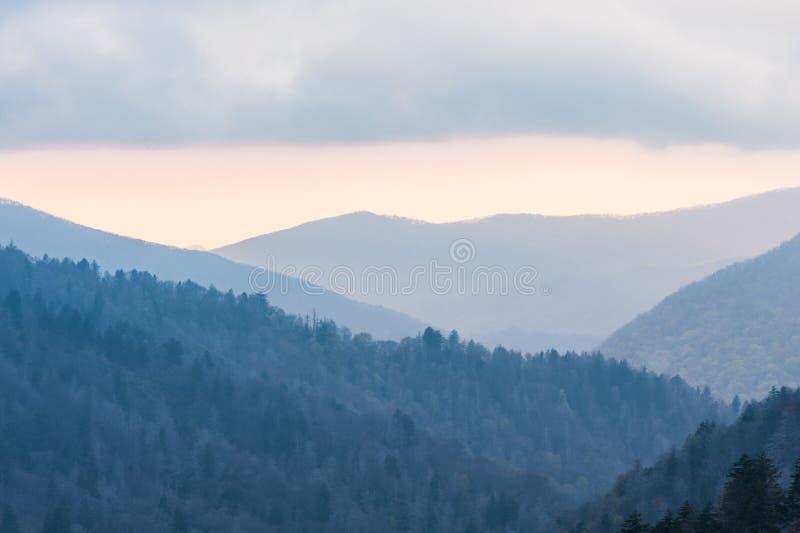 Oconoluftet Overlook é visto numa noite de pôr do sol colorida imagem de stock royalty free