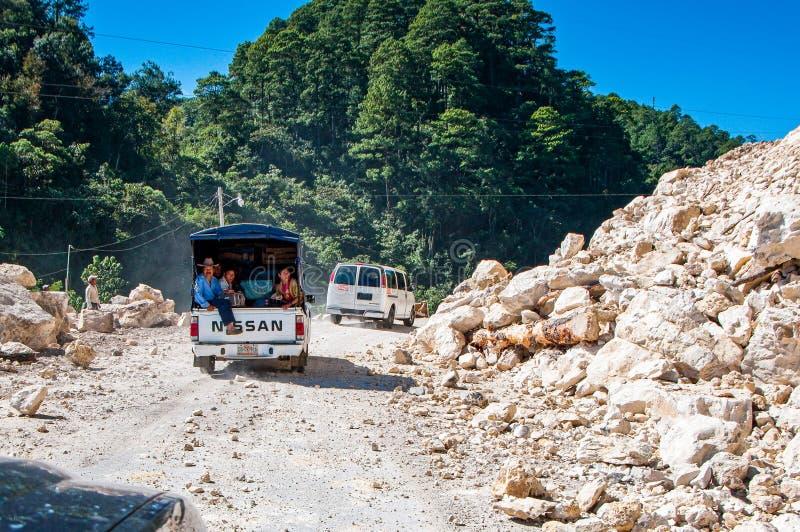 Ocosingo, Mexiko - 25. November 2010 Erdrutsch von Steinen auf der Straße lizenzfreie stockbilder