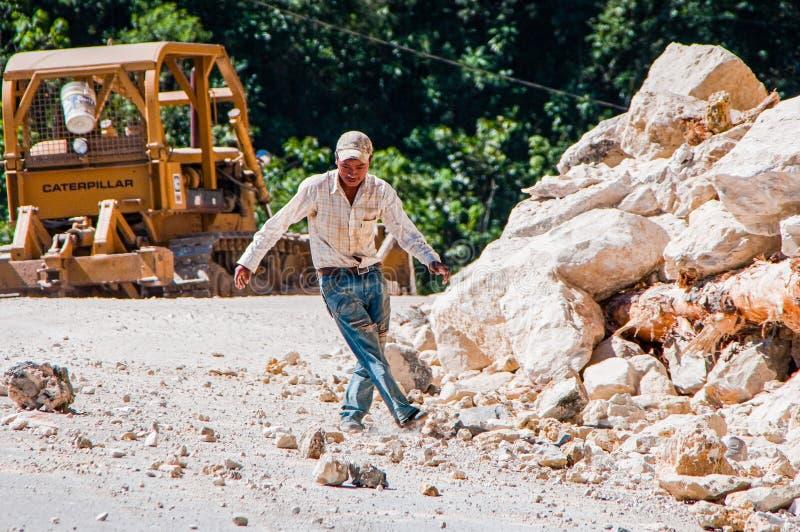 Ocosingo, Mexiko - 25. November 2010 Erdrutsch von Steinen auf der Straße stockbild