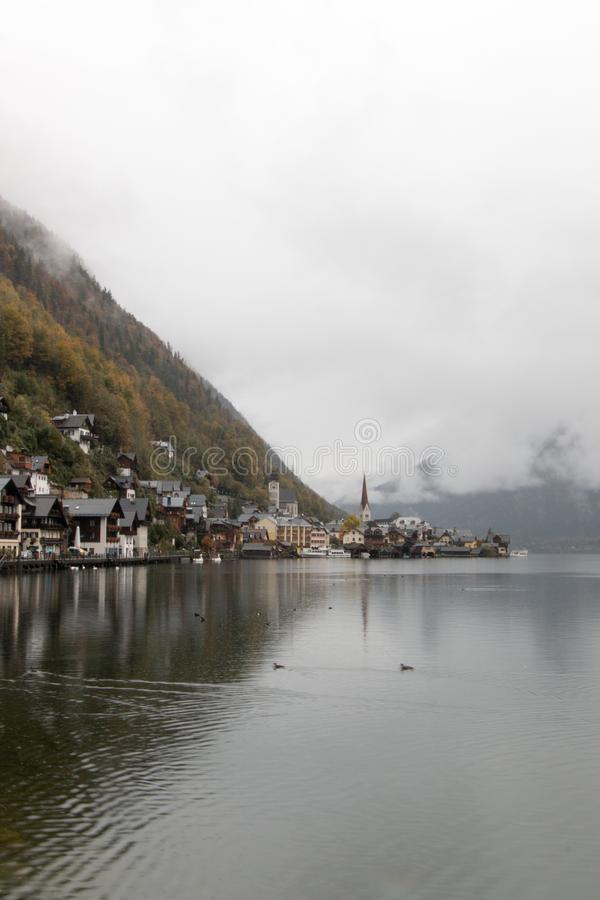 Oct 19, 2015: Jeziorny Hallstatt widok podczas spadku obraz royalty free