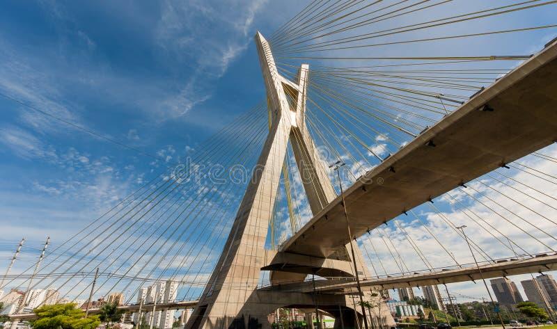 Octavio Frias De Oliveira most jest zostaj? brid?owy w Sao Paulo, Brazylia nad Pinheiros rzek?, otwieraj?c? w Maju 2008 obraz stock