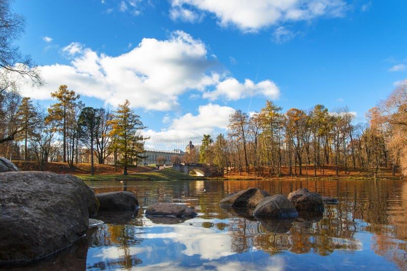 18 octobre 2014, Gatchina, Russie Lac Beloye, parc de Dvortsovyy, paysage d'automne images libres de droits