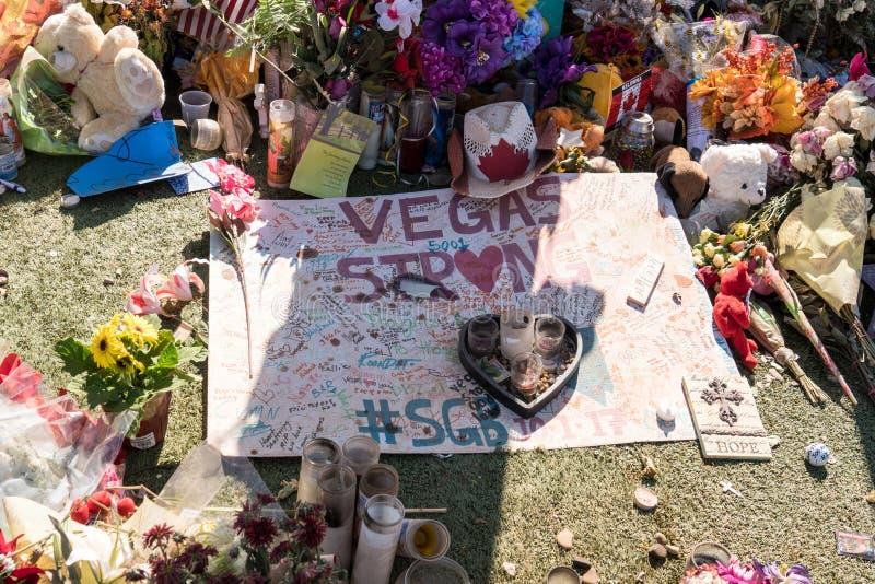 13 OCTOBRE 2017 LAS VEGAS NANOVOLT : Les fleurs, bougies de cadeaux rayent le parc commémoratif à l'accueil au signe de Las Vegas photo stock