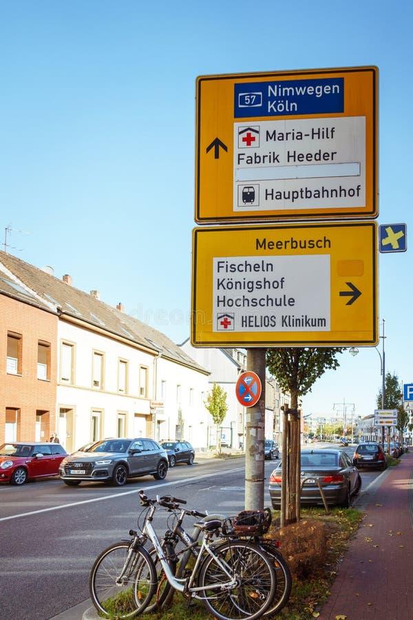 21 octobre 2018 Ville Krefeld Allemagne Un vélo urbain garé sans n'importe qui un jour ensoleillé en automne sur une rue européen photos libres de droits