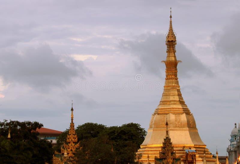 Octogone d'or de pagoda de Sula situé dans le coeur du centre ville sur la jonction de la route de Sule Pagoda images libres de droits