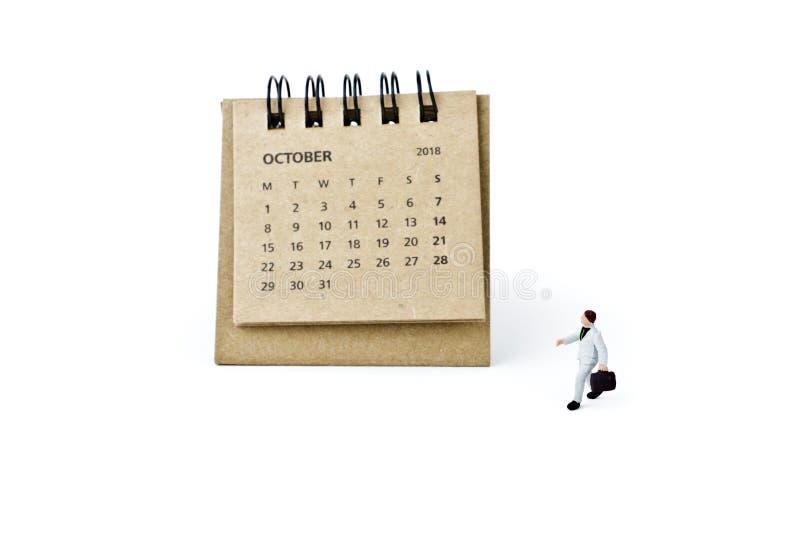 octubre Haga calendarios la hoja y al hombre de negocios plástico miniatura en whi fotografía de archivo libre de regalías