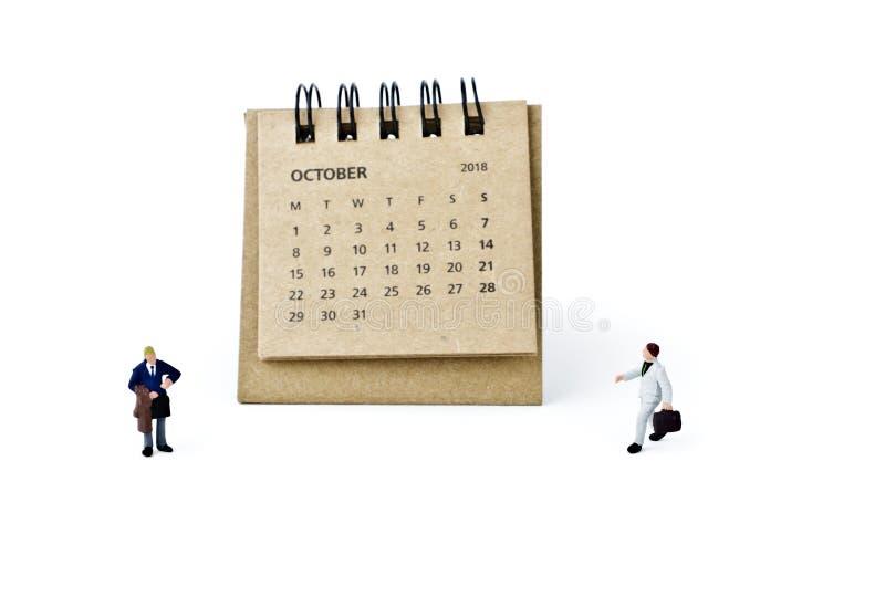 octubre Haga calendarios la hoja y a los hombres de negocios plásticos miniatura en whi fotos de archivo
