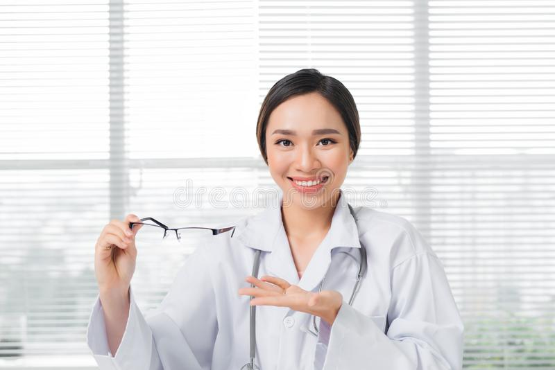 Oculista femminile che dà un paio degli occhiali fotografie stock libere da diritti