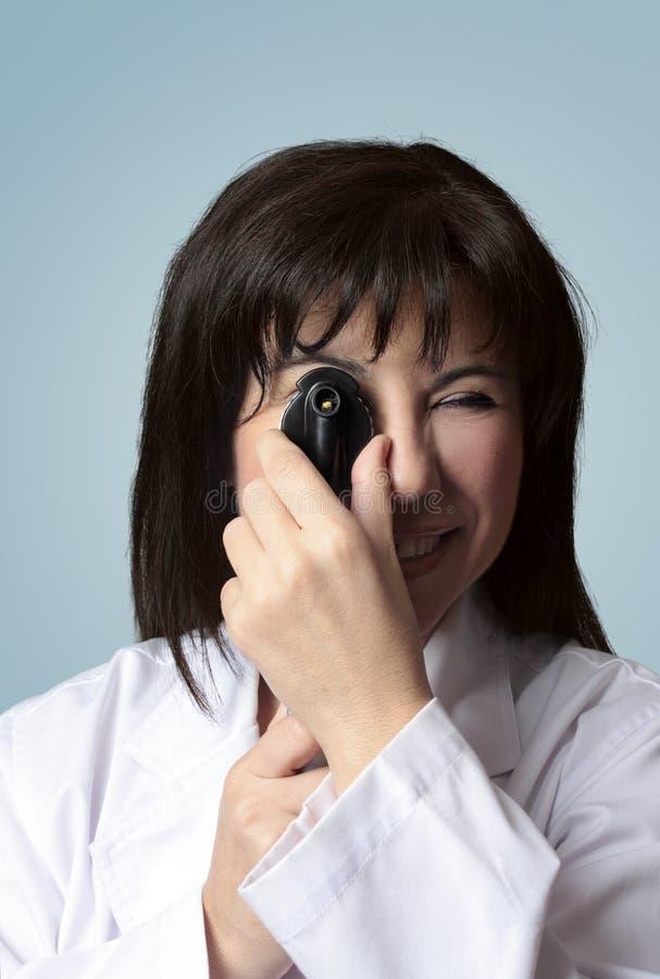 Oculista usando opthalmoscope foto de archivo libre de regalías