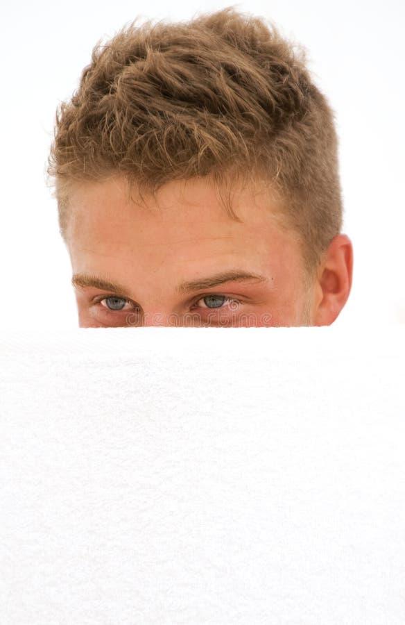 Ocultación Del Hombre Joven Foto de archivo libre de regalías