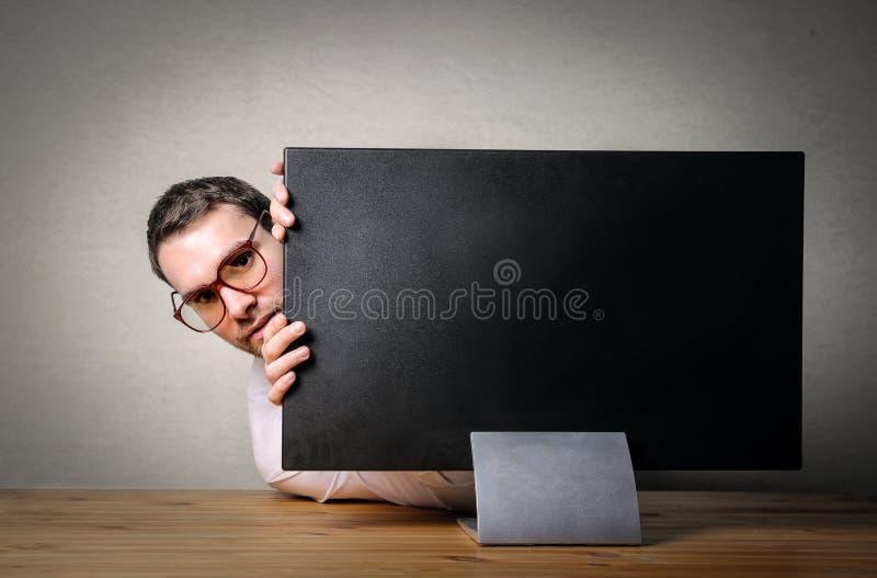 Ocultación detrás de la pantalla imagen de archivo libre de regalías