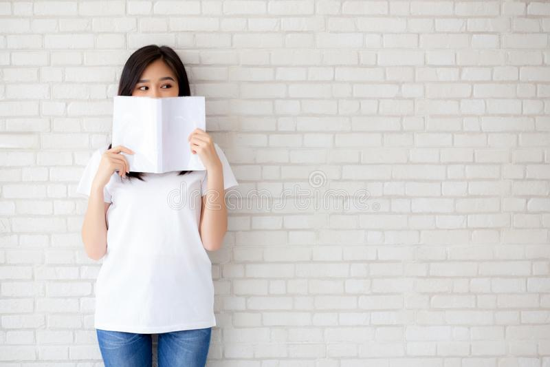 ocultación feliz de la mujer asiática joven hermosa del retrato detrás del th abierto fotografía de archivo libre de regalías
