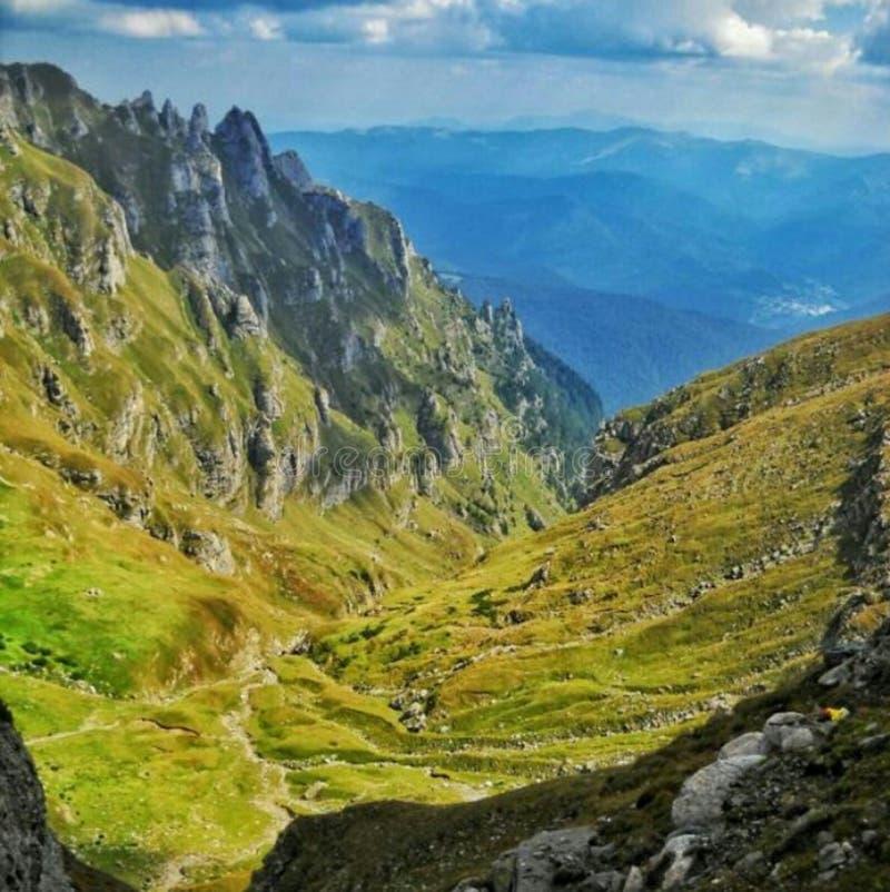 Ocultado en las montañas foto de archivo libre de regalías