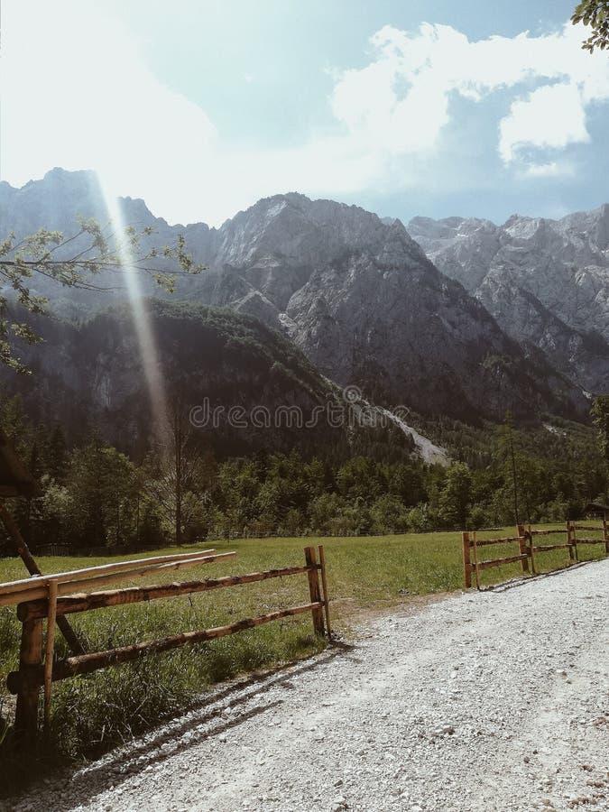Ocultado entre las montañas fotografía de archivo