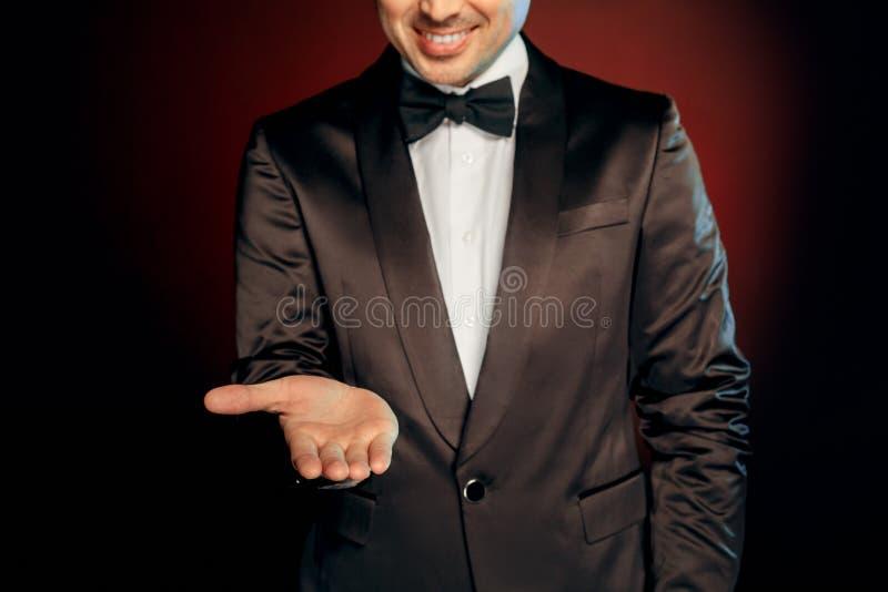 Ocupação profissional Empresário na posição do terno isolado na parede que mostra o sorriso aberto do close-up do espaço da cópia imagens de stock