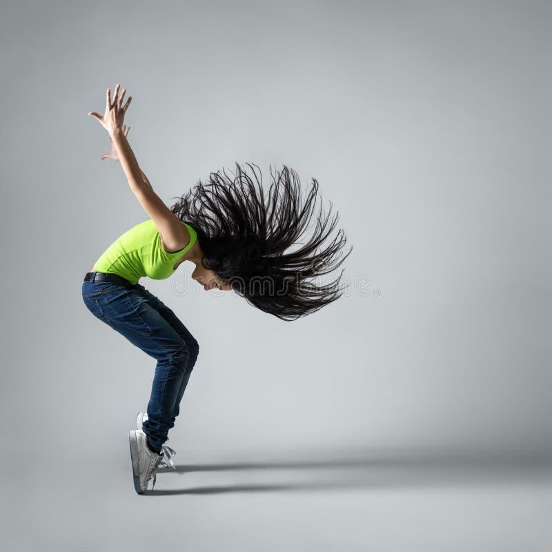 Ocupación hermosa de la muchacha del bailarín con el pelo del vuelo foto de archivo libre de regalías