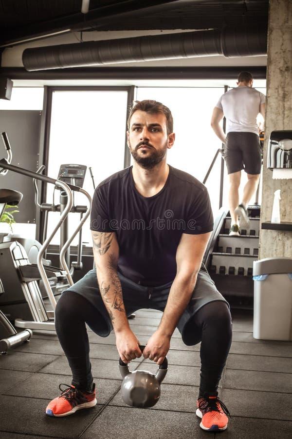 Ocupas do exercício do homem novo no gym imagens de stock royalty free